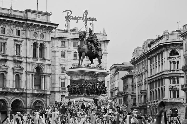 subsonica-milano-centro-monumento-vittorio-emanuele